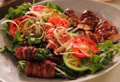 Sałatka z kurczakiem i warzywami zawijanymi w bekoni