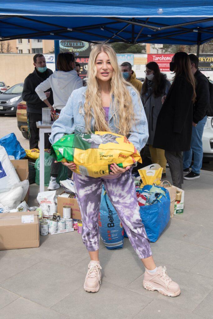 BlogStar: #PaczkaDlaZwierzaczka zbierała karmę na Białołęce - BlogStar.pl